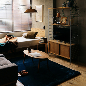 部屋に置きたい家具が多く、テレビボードの場所があまりとれない方は、上部に飾り台を作った縦型テレビボードがおすすめ。 ご自宅の隙間にスッキリはまる理想通り飾り台+テレビボードをお探しの方に、好きな形にカスタマイズできるアイアンフレームはぴったりなんです。