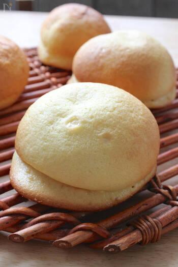 見た目も味も楽しめる帽子パン。上に被せるクッキー生地は、ホットケーキミックスで手軽に作れますよ。外側サクッと、中ふわふわなパンはリピートしたくなる美味しさ!ココアや抹茶など、アレンジが効くのも嬉しいポイントです。