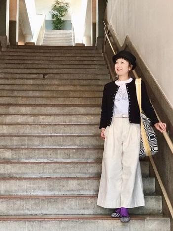 パープルはデニム以外にもベージュやネイビーなどベーシックカラーのボトムスと好相性。服はカラーレスにまとめつつ、小物使いを色で遊んでいます。
