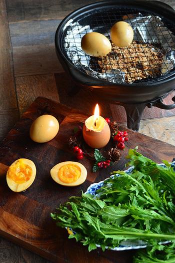 最も身近な食材で美味しくできるのが「卵」。手軽に作ることができ、そのまろやかな味わいはおつまみにピッタリ。ポイントは、燻製する前茹でた卵をめんつゆなどに漬け込みしっかりと味をつけること。薫煙時間の目安は、熱燻で10〜30分。