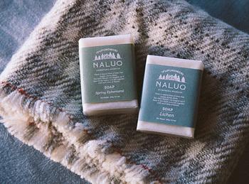 一般的に身体用の固形石鹸のことを総称して「化粧石鹸」と呼ばれていますが、「洗顔石鹸」と「浴用石鹸」をひっくるめたものを「化粧石鹸」と呼ぶ場合もあります。その場合は全身石鹸と考えて良いでしょう。ただし化粧石鹸は洗顔石鹸よりも洗浄成分がやや強めのため、使用の際は注意が必要です。