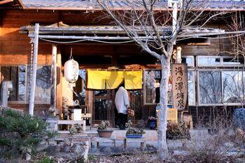 6,600坪に広がるナラやクヌギの森林の中に佇む小さな平屋造りの一軒宿。入口からすでに漂う日本情緒に期待が膨らみますね。従業員の方の人柄も人気の理由です。都心にはない静寂と落ち着き、木立に包まれた環境は、人の少ないプライベート空間を求める方にぴったりです。
