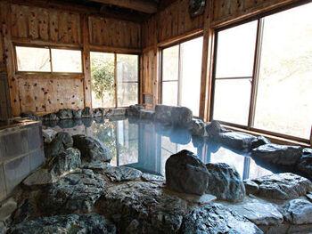 """内湯は岩風呂と檜風呂2か所で、時間で男女入れ替え制なので2回は温泉に入るのがおすすめ。150年の歴史を持つ湯の澤鉱泉は、粘り気のある、ぬるりとした質感で""""医者いらずの湯""""として伝えられてきた良効能の温泉。湯上りはしっとりつるつるとしたお肌を実感できますよ。"""
