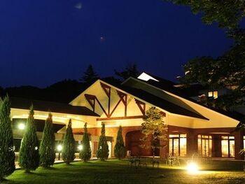 「思い出浪漫館」は、懐かしき日本の風情と洋風の華やかさを合わせ持つ、大正ロマンな雰囲気が漂う旅館。時を超えたような味のある空間で、特別感のある時間を過ごすことができます。旅館を囲むのは、奥久慈の川が流れる緑溢れる光景。