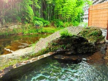 """宿自慢の渓流露天風呂は、少しぬるめのお湯でじっくり浸かれるので身体の芯まで温まり湯冷めしにくいですよ。他にも、つるんとした肌に潤う女性に好評な源泉掛け流しの湯、季節感じる庭園露天風呂など、効能・雰囲気共に、まさに特別な""""思い出""""に残るひと時を過ごせます。"""