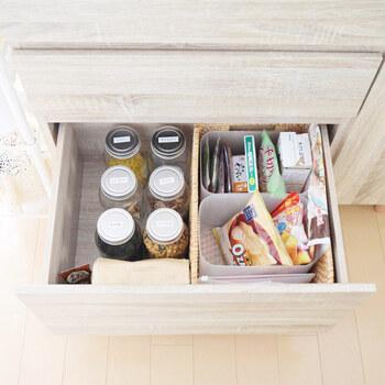 キッチンキャビネットの一部をお菓子スペースに。 ニトリのバスケットをダイソーのボックスで仕切って、在庫がスムーズに見渡せるようになっています。   子供でも取り出しやすい位置なので、ママの負担が少なくなるのも嬉しいですね♪