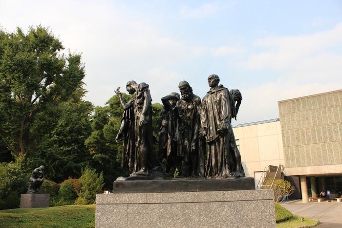 美術館前の庭園には、ロダンの彫刻の代表作が展示されています。美術館を見たあとは緑豊かな上野公園を散策するのも良いですね。