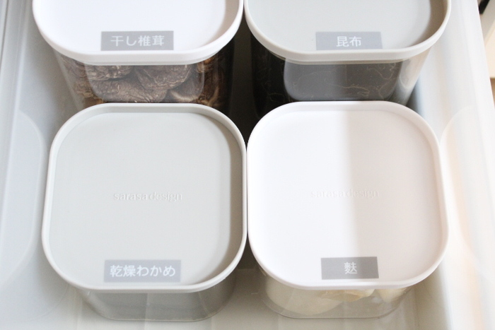 容器が揃っていると見た目もスッキリ! フタには上から見てもすぐにわかるよう、ラベルを貼ると◎ 家族が料理するときもわかりやすいですね。