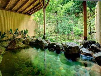 美肌効果、神経痛、間接痛などに効果がある筑波山温泉を存分に堪能できる温泉です。露天風呂は、あえて景色の自然には手を付けず、生き生きとした緑の天然の美しさを楽しめるように。また、ライトアップの幻想的な空間の中で楽しめる足湯や、日帰りプランもありますよ。