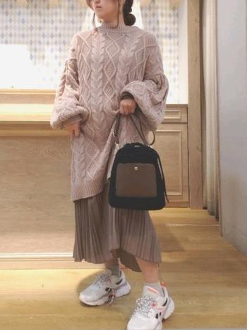 パンツだけでなくスカートをインするレイヤードスタイルは、トレンド感たっぷりのフェミニンな着こなし。ワントーンでまとめて落ち着いた印象にすれば、大人かわいいコーディネートが楽しめます。