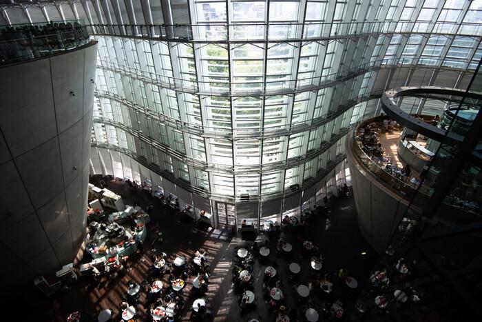レストランやカフェ、ショップが集まったアトリウム。黒川氏はこの美術館を造るにあたって、開放された空間で自由な楽しみ方ができるようにと設計しました。全面ガラスで自然光に包まれたアトリウムは、まさに構想通り。一面ガラスでも紫外線を防ぎ、適度に太陽熱もカットされているので快適です。