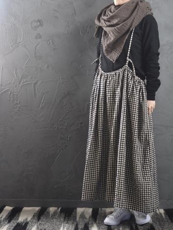 こちらのストールは深みのあるシックなブラウンと、ヘリンボーン模様に織られたおしゃれな生地が印象的。素材はウール100%でできており、ざっくりとした風合いとやわらかい肌触りが特徴です。チェック柄のスカートを合わせて女性らしいスタイルにしたり、ジャケット×パンツに合わせてメンズっぽい着こなしを楽しんだりと、組み合わせるアイテム次第で様々なコーディネートが楽しめますよ。