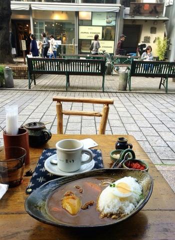 気候が良い時期は、外のテーブルで頂いても。コーヒーやスイーツ以外の人気者は『自家製ビーフカレー』。オープン当初から続くメニューです。