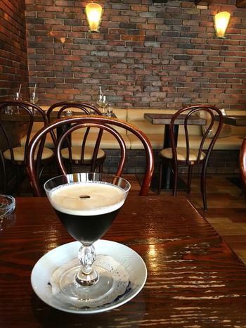 アイスコーヒーにクリームを浮かべた『琥珀の女王』も人気の一杯。