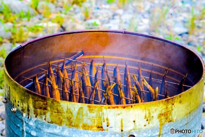 3.「燻煙」 主な燻煙法として熱燻法、温燻法、冷燻法の3つがあります。なかでも、80℃から140℃の高温で10~60分程度、燻煙をかける「熱燻」は短時間で燻煙できるのでアウトドアに適した手軽な調理方法です。