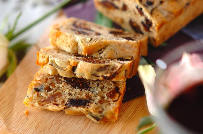 ブルーチーズと相性バッチリの、ドライイチジクと、クルミがたっぷり入った、贅沢な大人向けのパウンドケーキは、持ち寄りパーティーにも良いかも。