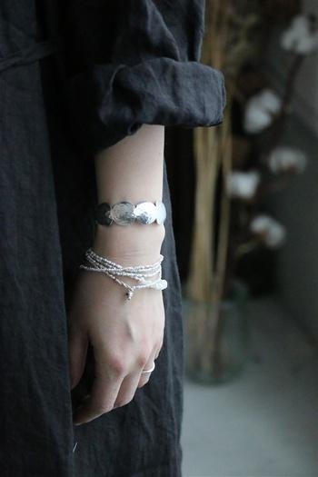 先ほどのネックレスはぐるぐると巻いてブレスレットとしても使えます。
