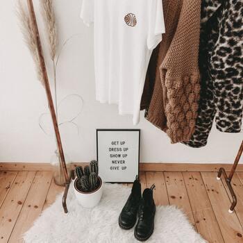 疲れて家に帰ってから、服を畳んで収納するのは大変ですよね。  おすすめは、出し入れしやすい「掛ける」収納です。 さくさくとハンガーに掛けるだけ。畳む手間が省けるので、脱ぎっぱなしで部屋が散らかることも防げます。  クローゼット内をぱっと見て、お目当ての洋服を見つけやすいメリットも◎ 衣替えをきっかけに、洋服の見直しをして、掛ける収納へシフトしてみませんか。