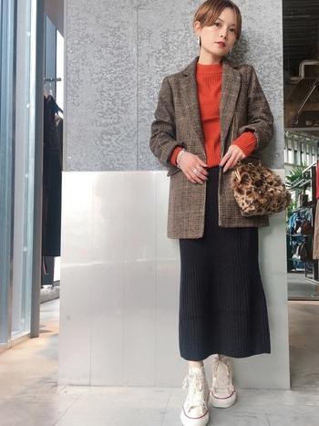 パンツスタイルが多いのですが、もちろんスカートに合わせてもOK。ベイクドカラーのアクセントカラーでメリハリをつけて。