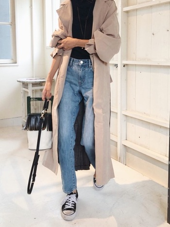 カジュアルなスタイリングも上質なロングコートを羽織れば、一気に大人のエフォートレスシックなコーデに早変わり。