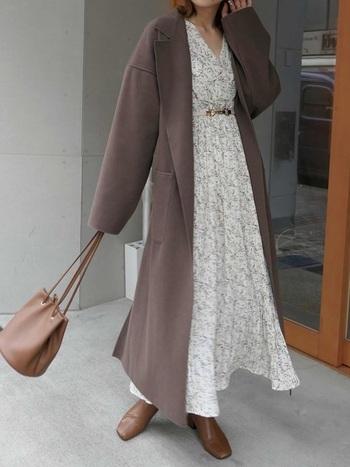 定番のお気に入りのワンピースにロングコートを合わせるだけで、トレンドのエフォートレスシックな着こなしに。