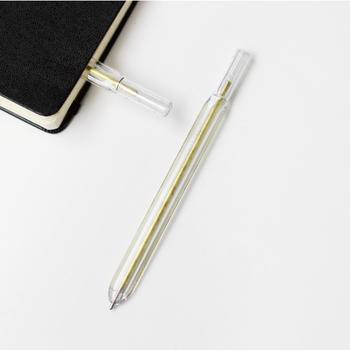 フラットな形が個性的な「KIKKERLAND」のWritersblok Bookmark Penは、その名の通りペンとしてだけでなくブックマークとしても使えます。ノートや本に挟めるのはフラットだからこそ。1本持っておくとメモしたい時やブックマークしたい時など、仕事やプライベートどちらでも大活躍してくれそう。