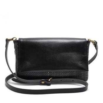 本革で作られたバッグはきちんとお手入れすれば、エイジングを楽しみながら半永久的に使えます。いつの時代でも使える定番の形のバッグであれば、何世代にもわたって使えそうですよね。cledranはアフターケアサービスがあるので、購入後も安心して使えます。