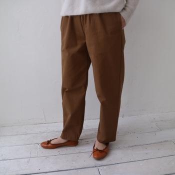 オーガニックコットンは肌着やシャツだけではありません。こちらはしっかりした生地感のあるやわらかなオーガニックコットンのチノ素材で作ったイージーパンツです。
