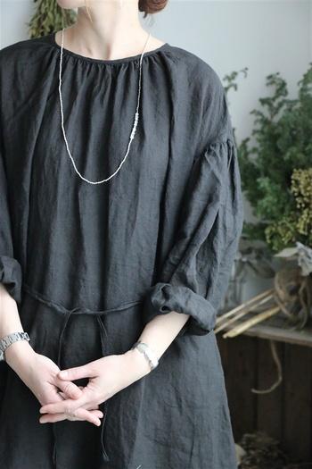 ciikaのアクセサリーはアジアの女性たちの手仕事の品々を取り扱っています。こちらはシルバー、真鍮、天然石を使用した可憐なネックレスです。