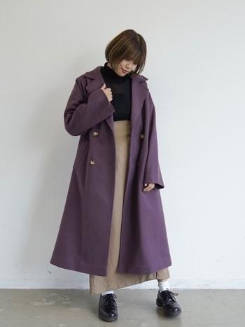 ちょっとくすんだパープルならば、面積の大きいコートでもコーデが重たくなりません。