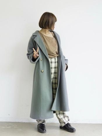 きれいな色のコートもニュアンスカラーであればどんなカラーにも合うので取り入れやすいですね。