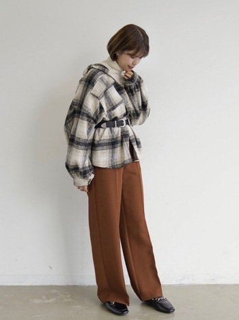 ベイクドブラウンをスタイリングに取り入れれば着こなしが今年らしく生まれ変わります。