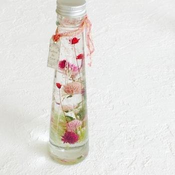 ガラス瓶にドライフラワーを詰めて、専用のオイルを注いで作るハーバリウム。ドライフラワーをちょっぴり少なめにすると、花とオイルがバランスよく仕上がります。