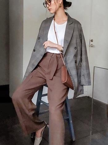 プレッピー要素の高いチェックのテーラードジャケットも、肩掛けの着こなしで女性らしく柔らかな印象に。
