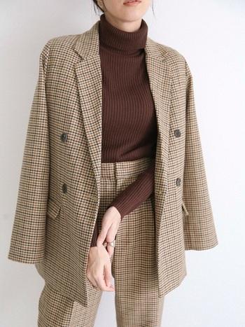インナーにシンプルなハイネックセーターを着用して、とことんセットアップスタイルを楽しむのも今年らしいです。