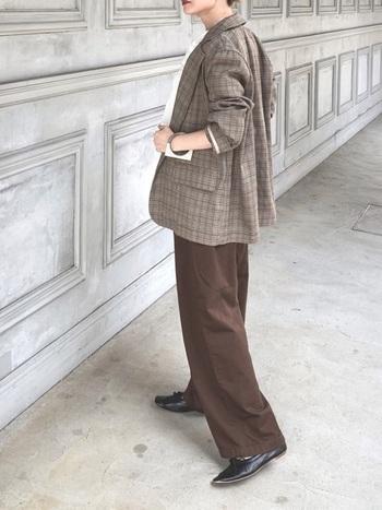 こちらもブラウンのパンツをコーディネート。ラフにまくったジャケットの裾や、ハンサムなレザーシューズなどおしゃれな要素が散りばめられたブラウンスタイルです。