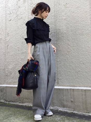グレンチェックのワイドパンツに黒のレザーバッグできちんと感とモード感をプラス。トップスの引き締め色と相まって、グレンチェックのワイドパンツをバランスよく着こなしているお手本コーディネートです。