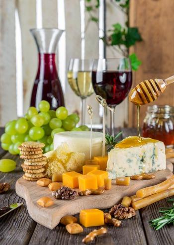 チーズにはどんなお酒が適しているのでしょうか。一般的にワインが合うと言われていますが、ワインにも赤、白、ロゼ、スパークリングなどあり。チーズだって様々な種類があります。