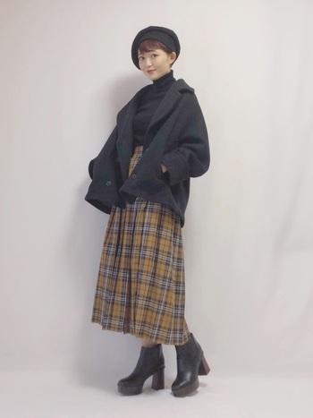 プリーツスカートもプレッピースタイルに欠かせないアイテムのひとつです。スカート派の方はぜひこの冬取り入れてみてください。こちらはベレー帽もプラスしてプレッピー気分が盛り上がるコーディネート。