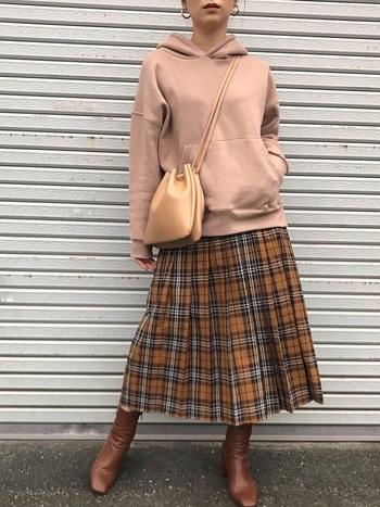 プレッピーなプリーツスカートをスウェットフーディでスポーツMIX。シューズやバッグはレザーのものをチョイスして大人らしさを保って。