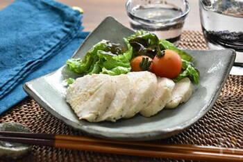 パサパサになってしまうイメージが強い鶏むね肉も、炊飯器で低温調理すれば驚くほどしっとり食感に作れます。サラダやバンバンジー麺類のトッピングなど、使い勝手満点の蒸し鶏はたくさん作っておいて損はない一品です。