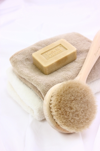 浴用石鹸は身体の汚れを洗い落とすことを目的として作られていますので、洗顔石鹸よりも高い洗浄力があります。洗顔として使用すると、汚れと一緒に肌に必要な油分も落としてしまう可能性がありますので、顔用として使うのはできるだけ避けた方が良いでしょう。