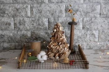 ダイソーの2つのアイテムを使って作るナチュラルなクリスマスツリー。ツリーベースにポプリをペタペタと貼っていくだけで手軽に作れます。