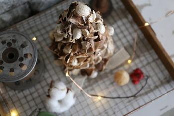 赤い実などをプラスするとクリスマス感がアップ!ポプリで作っているので、お部屋にふんわりといい香りが広がります。綿やライトを一緒に飾ると、ロマンティックな雰囲気を演出できますよ。