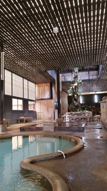 「鉄輪温泉」でまず温泉に浸かるとしたら・・・「ひょうたん温泉」が真っ先におすすめ。  その名前のとおり・・・ひょうたん形のお風呂があるほか、露天風呂があったり、蒸気でいっぱいの蒸し湯があったり、さらには時間無制限の砂湯も!