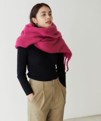 鮮やかなピンクのマフラーも、秋冬コーデのアクセントにぴったりのアイテムです。ダークトーンのお洋服に映えて、コーディネート全体をおしゃれな雰囲気に仕上げてくれます。大判サイズのマフラーは首に巻いたり、アウター代わりに羽織ったりと、様々な使い方ができるのも魅力です。