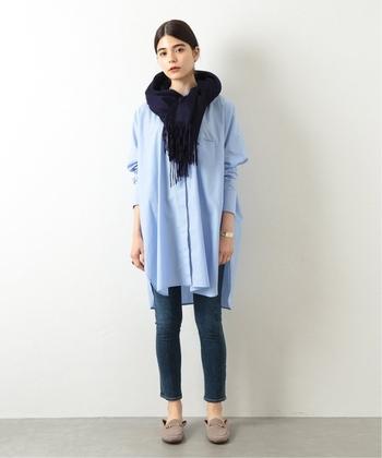 秋冬はベーシックなネイビーのストールも大人気です。上質なカシミヤ100%でできたこちらのストールは、美しい発色に加えて、カシミヤならではの上品な光沢と優しい肌触りも魅力です。大判サイズならシンプルなシャツコーデのアクセントにしたり、トレンチコートの上からさらりと羽織ったりと、様々な使い方が楽しめますよ。