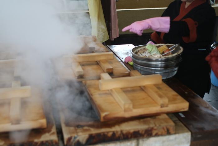 「鉄輪温泉」の名物が「地獄蒸し」。100度近い温泉蒸気の熱の力を借りて、食材を調理する(蒸す)方法のことです。町のいたるとことで、この地獄蒸しを行うための専用釜、その名も「地獄蒸し釜」を見つけることができますよ。  「地獄蒸し」は、いわゆるスチーム調理。さつまいも、かぼちゃ、キャベツなどの野菜、エビ、ホタテなどの海鮮、豚肉・鶏肉までーーありとあらゆる食材をヘルシーにいただけるので、ぜひ訪れた際は、自分で地獄蒸し料理を作ってみてくださいね。