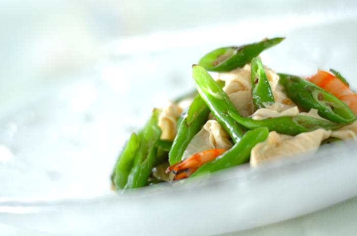 緑が美しく際立ったとうがらしは、オリーブオイルで炒めてあります。目にも鮮やかなエビと湯葉との取り合わせは、ツンとした辛子醤油で和えて、おつまみにもいける大人のおばんざいです♪