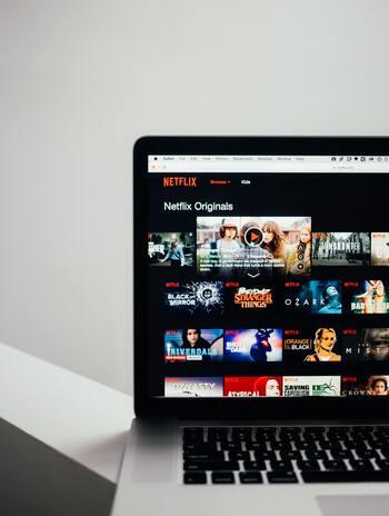 NETFLIXやHuluなど、パソコンで観ることができる映画をチョイスするのも◎。こうしたサイトを使うと、字幕や音声を英語にできる映画も見つかるので、役者さんたち本人の声を楽しんだり、ダイレクトな言葉を味わったりすることができます。
